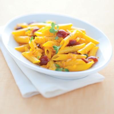 Penne gialle alla salsa di porro e ciliegie