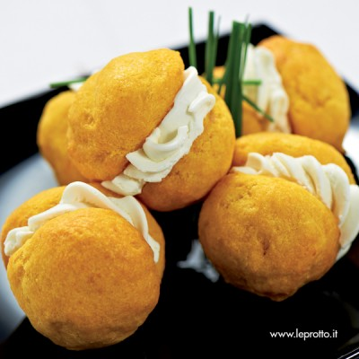 Baci di dama allo zafferano con formaggio cremoso