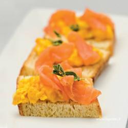 Crostino con uova allo zafferano e salmone