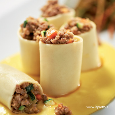 Fagottini di pasta ripieni con crema allo zafferano