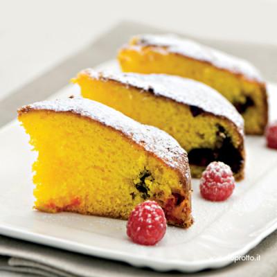 Torta delizia allo zafferano con frutti di bosco